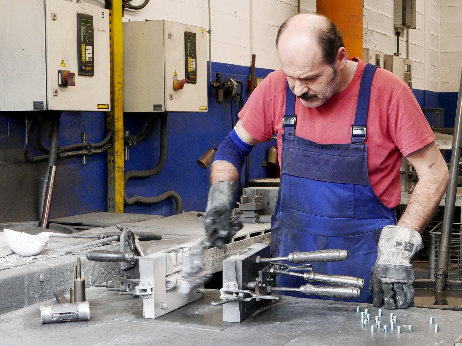 Aluminiumguss in Aluminiumgießerei, Arbeiter an Alugussform