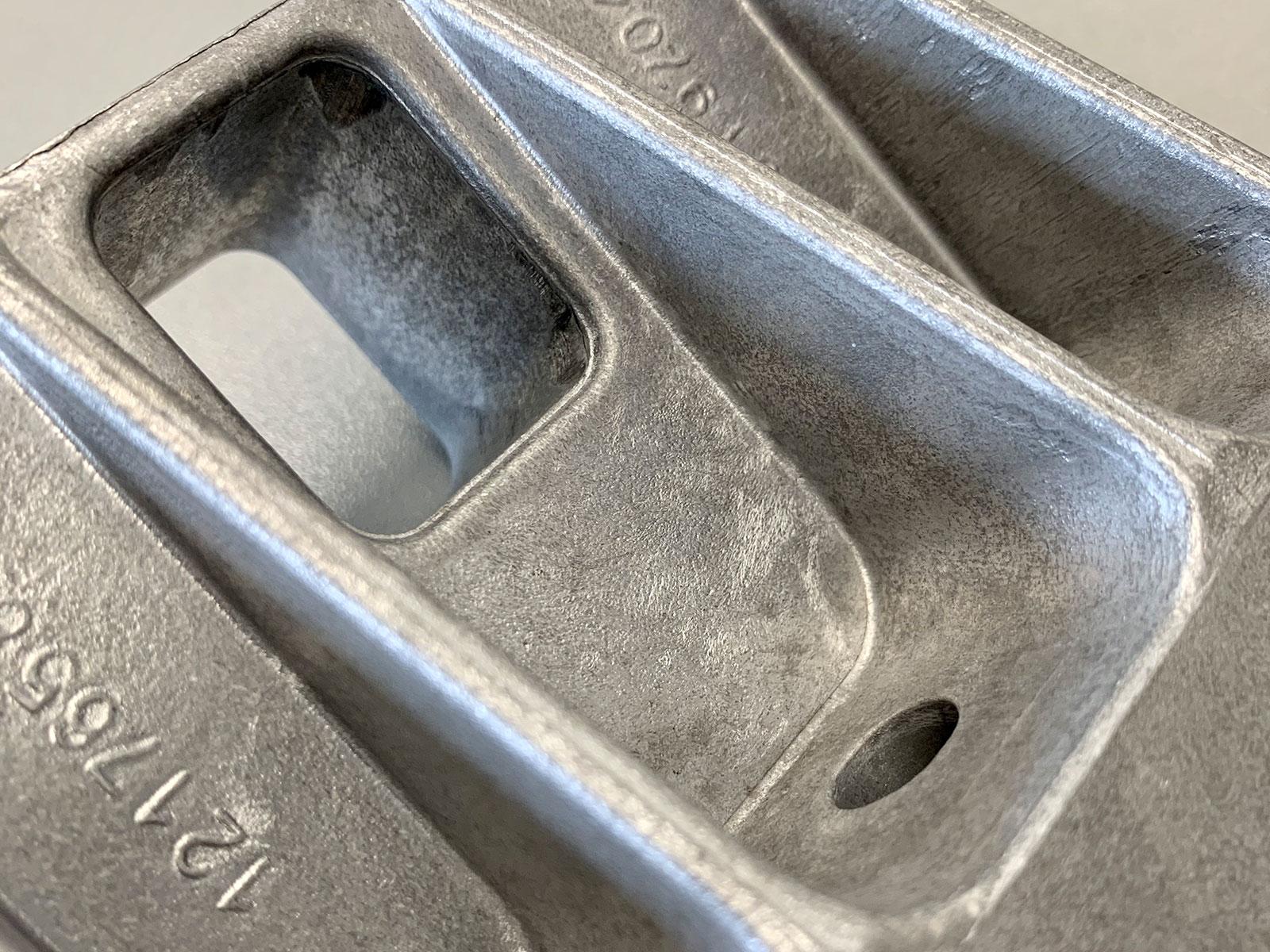 Aluminiumgussteile werden geschliffen und poliert